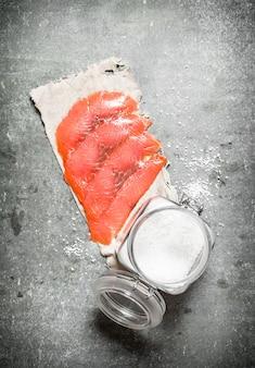 Łosoś w plasterkach z solą.