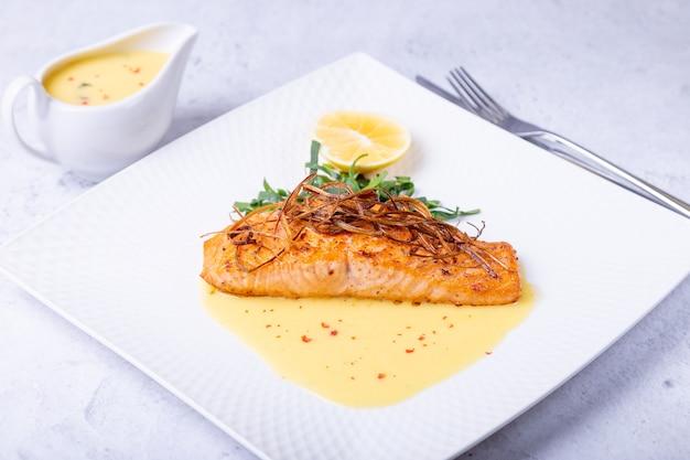 Łosoś z sosem beurre blanc szpinak i cytryna garbowany z porem francuskie danie
