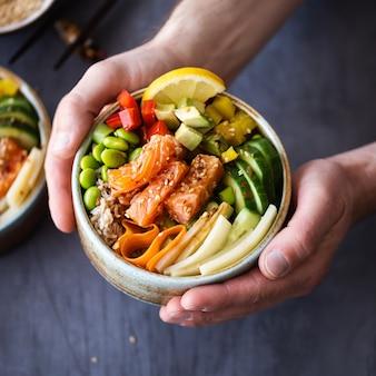 Łosoś z warzywami na fotografii ryżowej