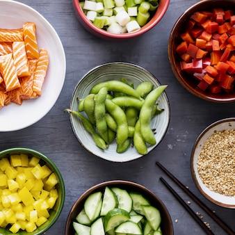 Łosoś z warzywami płasko leżąca fotografia