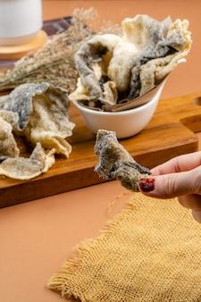 Łososiowa lub chrupiąca rybia skóra skóra jest równomiernie pokryta przyprawami