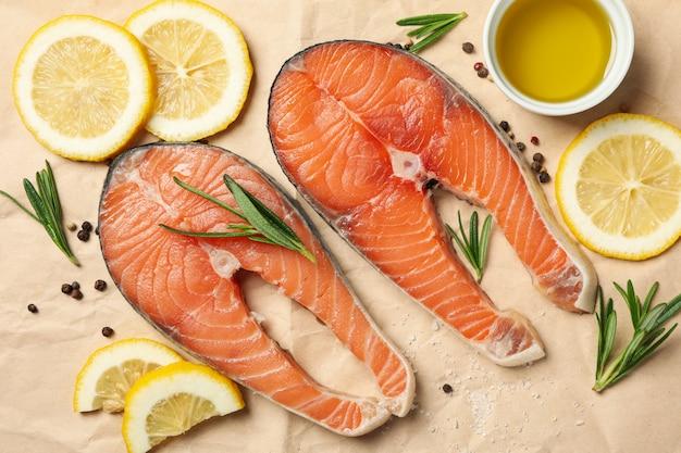 Łososiowe mięso i przyprawy na papierze do pieczenia, widok z góry