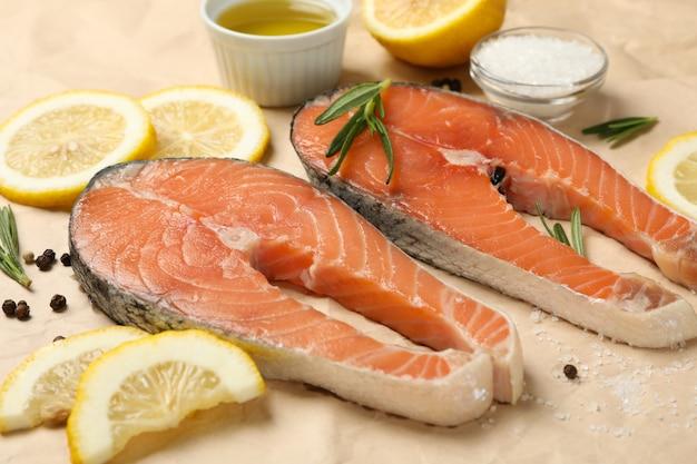 Łososiowy mięso i pikantność na pieczeniu tapetujemy tło, zamykamy up