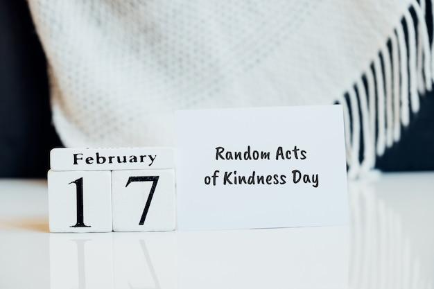 Losowe akty życzliwości dzień zimowego miesiąca w lutym.