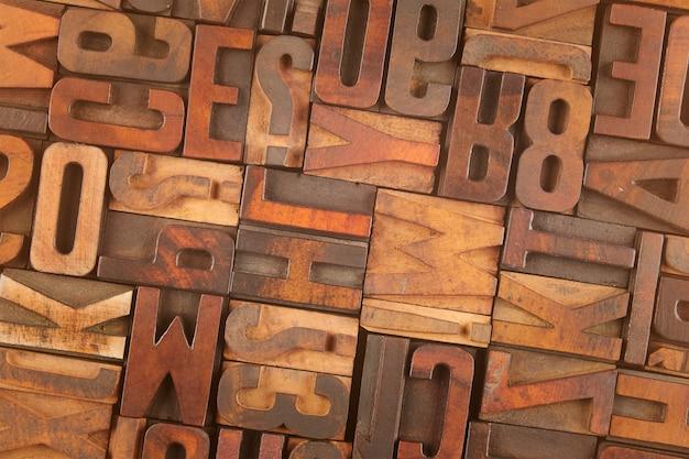 Losowe litery w klasycznych drewnianych klockach