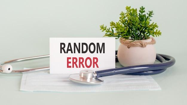 Losowe słowa błędu napisane na białej karcie medycznej, z maską medycyny, stetoskopem i zielonym kwiatem na tle