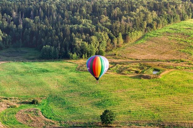 Lot balonem na ogrzane powietrze, balon lecący nad polem