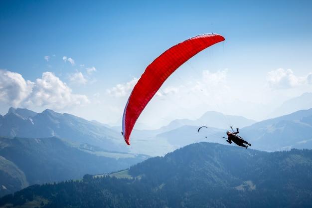 Lot paralotnią w górach. le grand-bornand, górna sabaudia, francja