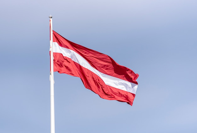 Łotewska flaga narodowa na masztem