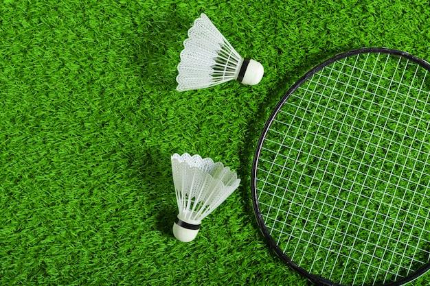 Lotka i badminton rakieta na zielonej trawie