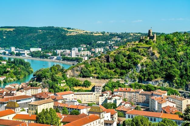 Lotnicza panorama vienne z zamkiem w departamencie isere we francji