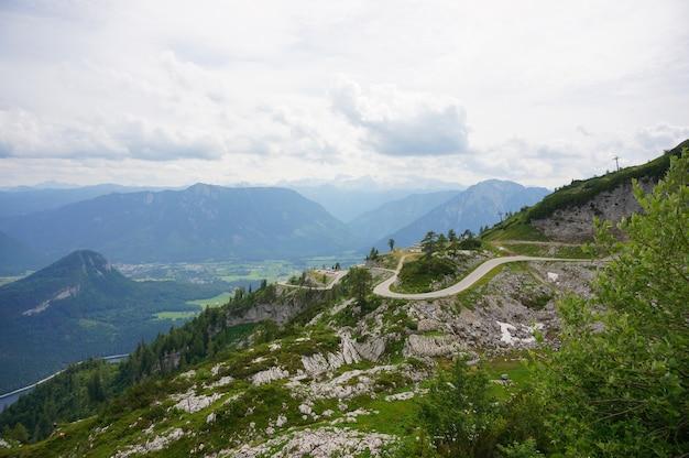 Lotnicze piękne zdjęcia austriackich alp pod zachmurzonym niebem