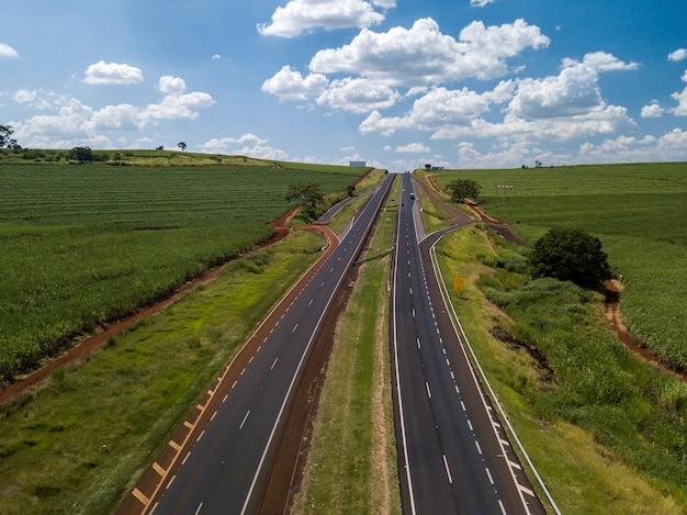 Lotnicze pole trzciny cukrowej i autostrada w brazylii.