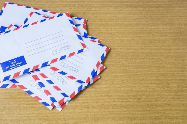 Lotniczej poczta list na drewnianym tle.