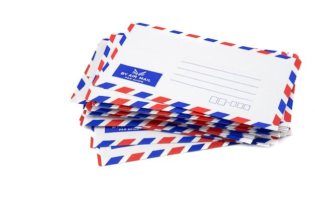 Lotniczej poczta listu sterta na białym tle.