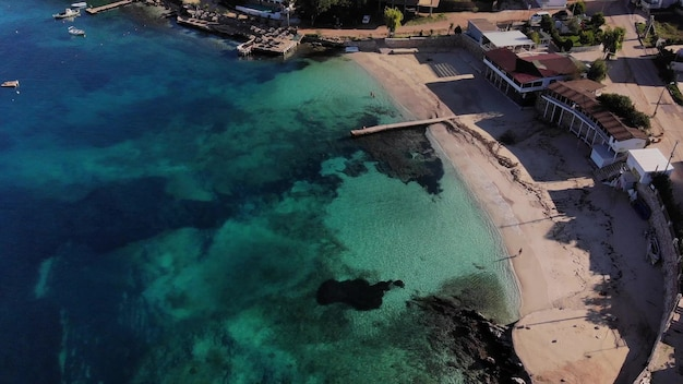 Lotniczy dron leci nad morzem