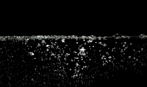 Lotniczych bąbli woda na czarnym tle