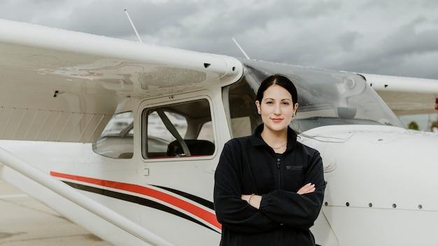 Lotnik stojący przy przednim samolocie śmigłowym