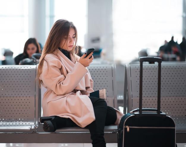Lotnisko biznes kobieta czeka w terminalu.