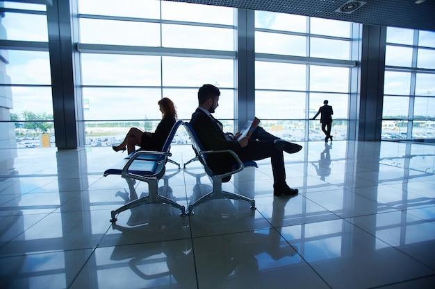 Lotnisko człowiek młody partner siedzi