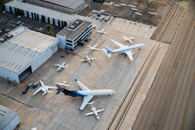 Lotnisko z samolotem, widok z góry