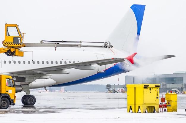 Lotnisko zimą odladzanie startujących samolotów.