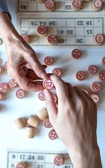 Lotto family board game. graj w domu w mroźny zimowy dzień lub w nowym środowisku pandemicznym. widok z góry.
