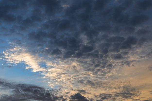 Loursky z chmurami wieczorem