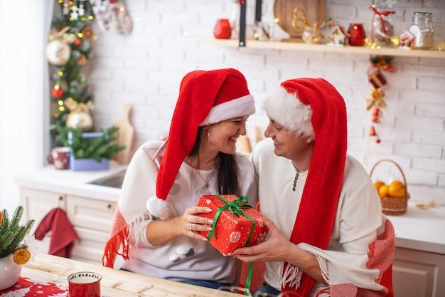 Loving para w santa kapelusze prezenty na boże narodzenie
