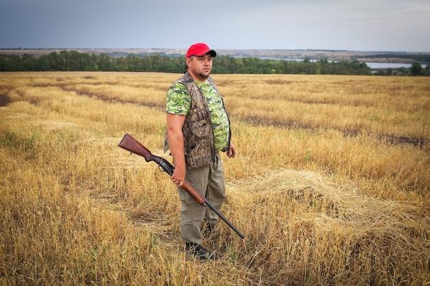 Łowca z bronią na polu