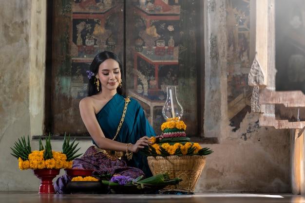 Loy krathong festiwal tajlandia. azjatyckie kobiety są loy krathong za złoto błogosławieństwo buddy.