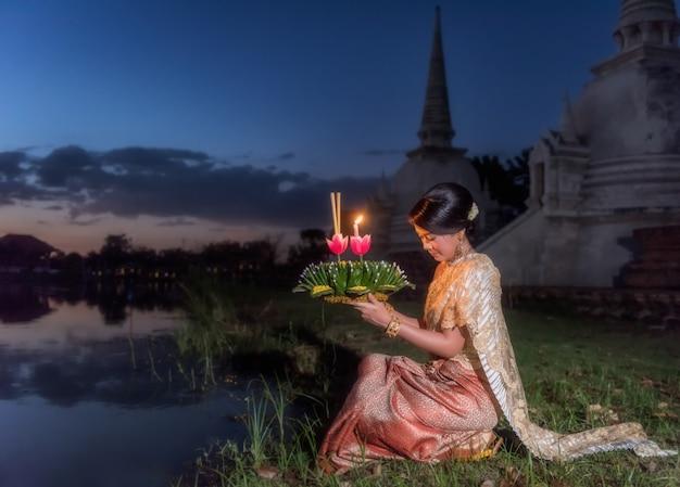 Loy krathong tradycyjny festiwal, tajlandzki kobieta chwyta kratong, tajlandia
