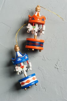 Łóżeczko dziecięce mobilne z drewnianymi kolorowymi ptakami