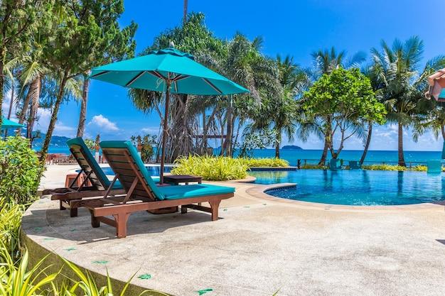 Łóżko basenowe z palmami kokosowymi