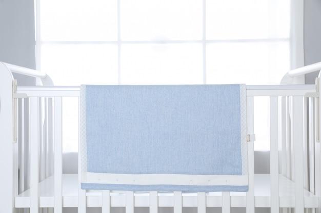 Łóżko dla dziecka na dużym oknie