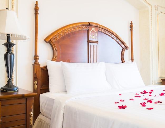 Łóżko hotelowe wnętrza poduszki domu