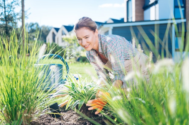 Łóżko ogrodowe. kochająca rodzina kobieta czuje się szczęśliwa i wypoczęta, relaksując się w weekend podczas pracy w łóżku ogrodowym