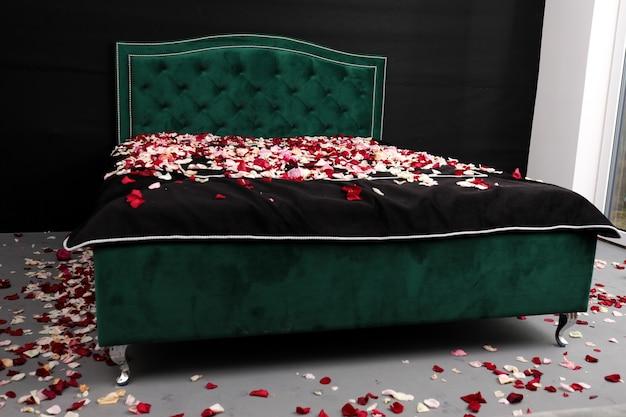 Łóżko pokryte płatkami róż, znajomość, walentynki, salon meblowy, zdrowy sen.
