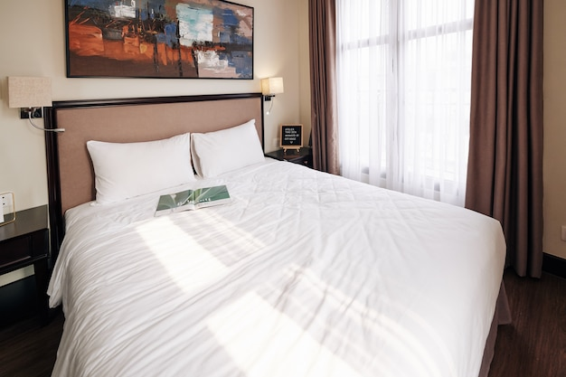 Łóżko typu queen size w pokoju hotelowym