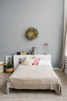 Łóżko w sypialni, urządzone na boże narodzenie i nowy rok