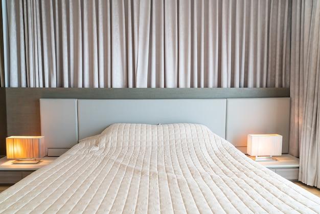 Łóżko z dekoracją narzuty w sypialni