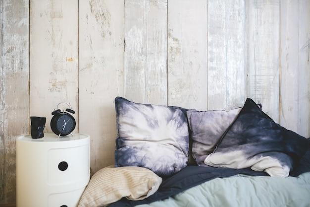 Łóżko z poduszkami