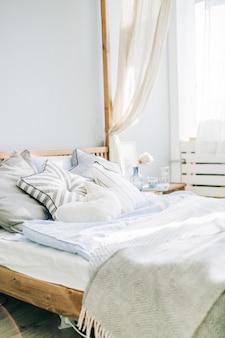 Łóżko z pościelą i dekoracją