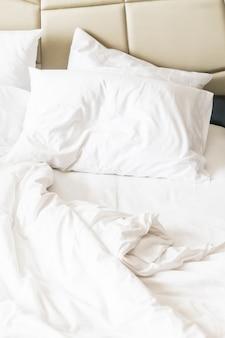 Łóżko z wymięte arkuszy
