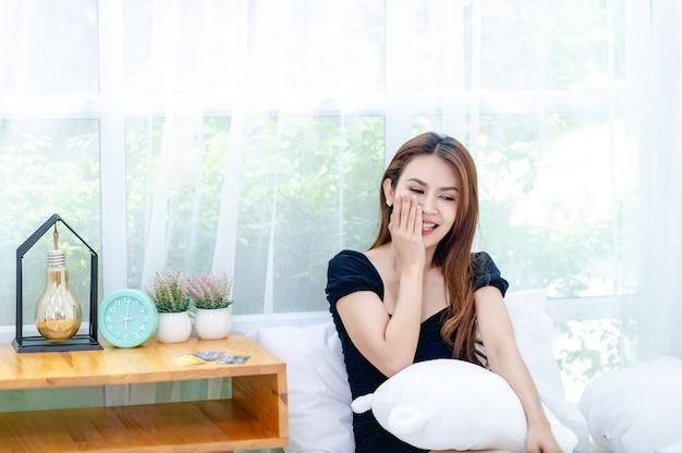 Łóżkowa relaksująca kobieta