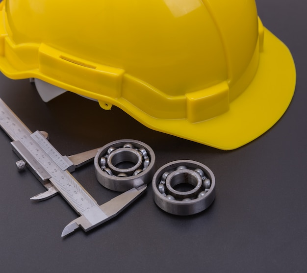 Łożyska urządzenia pomiarowe średnice z kasku bezpieczeństwo na czarnym tle.