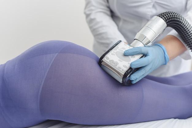 Lpg i zabieg modelujący sylwetkę w gabinecie. piękna kobieta zaczyna terapię kosmetyczną na cellulit