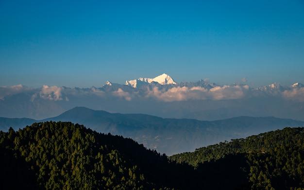 Lśniąca góra langtang z katmandu w nepalu.