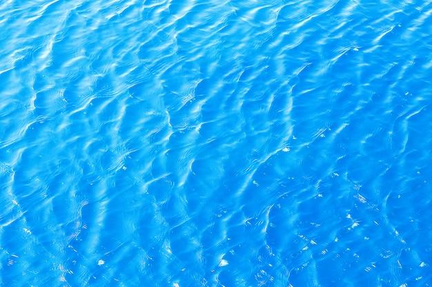 Lśniąca niebieska falista powierzchnia wody marszczy powierzchnię
