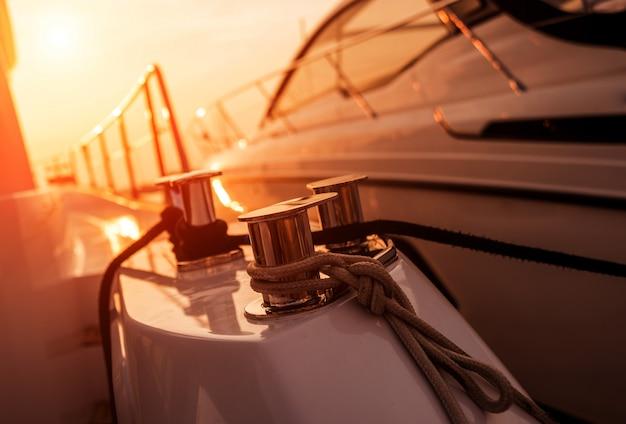 Lśniące metaliczne detale na pokładzie jachtu.